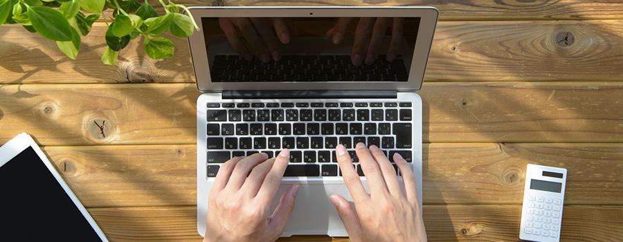 自宅でパソコン作業をする男性