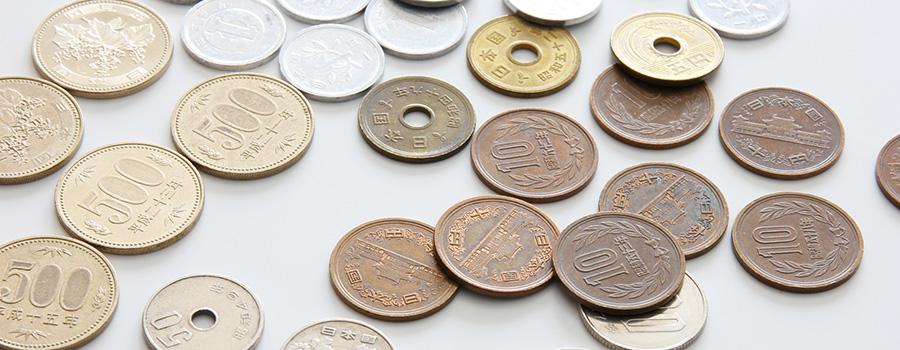 机の上にばらまかれている小銭